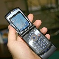 Motorola RAZR V3i в руке. Фото телефона
